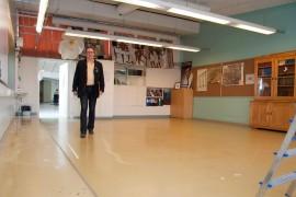Kiiruun koulu siirtyy historiaan. Lukion rehtori Jari Honkala historianluokassa, josta pulpetit ja tuolit ovat viety väistötiloihin.