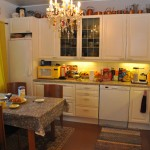 Keittiön kaapistojen ovet vietiin ruiskumaalattaviksi.