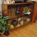 Kauniit esineet pääsevät oikeuksiinsa vanhassa  lasivitriinissä.