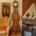 Poskitakka antaa lämpöä ja luo tunnelmaa. Kellot ovat talon isännän intohimo.
