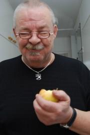 Tapio Lindlöf syö useita pieniä aterioita päivässä. Hedelmien ja kasvisten syöntiä hän on lisännyt.