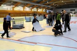 Nelisenkymmentä talkoolaista asensi jäähalliin muovimattoalustan ripeässä tahdissa keskiviikkona. Rullakiekkoharjoitukset pääsivät vauhtiin jo eilen ja parin viikon kuluttua Somerolla avataan liigakausi.