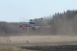 Paloa sammutettiin myös helikopterilla ilmasta käsin.