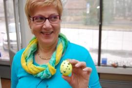 Eija Lehti koristeli pääsiäismunan kimaltelevaksi.