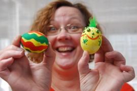 Merja Ryhtä ahnehti ja maalasi vesiväreillä kaksi kananmunaa.