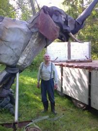 Taiteilija Alpo Koivumäen teoksia lastattiin konttiin hänen kotikonnuillaan Kauhajoella.