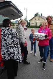 Mikko ja Johanna Välttilä piipahtivat Somerolla munataksilla. Päivi ja Ada-Maria Älli (keskellä) ostivat kananmunia ystävilleen.