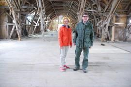 Senioritempauksen matkailutori on Hovilan kartanon navetan vintillä. Sinne mahtuu satakunta näytteilleasettajaa. Arja ja Matti Torkkomäki ovat tänä kesänä maalauttaneet navetan ulkoapäin faluninpunaiseksi.