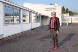 Uuden koulun pääsisäänkäynti tulee sijaitsemaan samoilla paikkeilla, missä arkkitehti Mikko Uotila nykyisen, arkkitehti Aarne Ervin suunnitteleman koulurakennuksen vierellä seisoo.