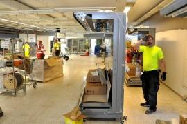 Turkulaisen Arorak Oy:n työmiehillä alkoi perjantaina aikataulullisesti hikinen ja nopea urakka. Heillä on viikko aikaa saada maalaukset, lattiat ja myymäläkalusteet kuntoon. Sen jälkeen myymälähenkilökunta täyttää tavarat hyllyille myöskin viikossa. Kuva Sauli Kaipainen.