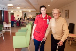 Katajakodissa on havaittu, että somerolaiset ottavat kantaa asioihin, yhteisöllisyys on vahvempaa kuin isommissa kaupungeissa. Lähihoitaja Maarit Leino saattelee liikkeelle 95-vuotiasta Eino Ruohosta lounaan jälkeen. Kuva Sauli Kaipainen.