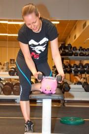 Tanja Niskanen auttoi ystävällisesti Possu Pyylevää löytämään sopivan kokoiset painot penkkipunnerrukseen.