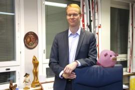 Kaupunginjohtaja Sami Suikkanen kertoi Possu Pyylevälle joulun kuluvan rauhallisissa merkeissä. Possu tarkkaili kaupunginjohtajan työhuonetta korkealta tuolin nojalta ja totesi joulusiivouksen olevan hyvin tehty.