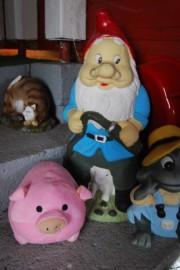 Possu Pyylevä odottaa joulua ja puutarhatonttu sekä sammakko uutta kevättä.