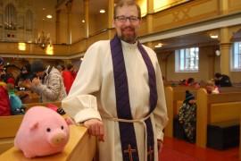 Kappalainen Jouni Salko toivottaa seurakuntalaiset tervetulleeksi kirkkoon iloitsemaan joulusta.