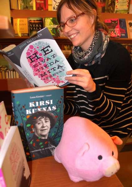 Anna Tuominen suosittelee kirjaa joululahjaksi.