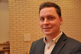 Kirkkovaltuuston puheenjohtajan nuijan varteen asettuu tuore kirkkovaltuutettu, Juho Pettersson.