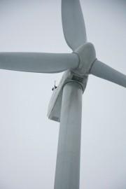 Korkealla tolpan nokassa oleva tuulivoimalan generaattori näyttää pieneltä, mutta näköharha johtuu matkasta. Todellisuudessa roottorin takana oleva mötikkä on suurin piirtein linja-auton kokoinen. Kuva Sauli Kaipainen