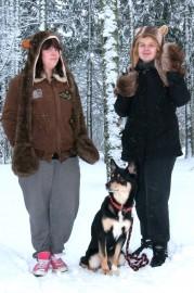 Anu Aholalla ja Jonna Mäkisellä on molemmilla samantyyppinen, Birminghamista hankittu lakki-hansikkaat -asuste. Eipä pääse hansikkaat häviämään.  Mukana lapinporokoira Nori.