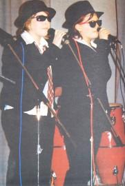 Sari Hyttinen ja Emilia Pohjaranta esittivät Blues Brothers -henkisesti pukeutuneina elokuvan kappaletta Gimme Some Lovin'