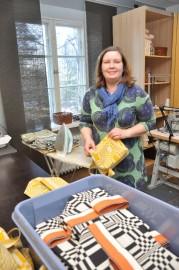 Niina Rantanen vuokrasi seitsemän vuotta sitten Nuppulinnasta huoneiston, ja on ollut siihen tyytyväinen. Hän ompelee tuotteita tekstiilisuunnittelija Johanna Gullichsenille.