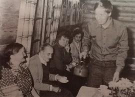Jorma Aalto tarjoilee kolmatta kupillista kahvia.