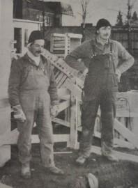 Kirvesmiehet Eero Sironen (vas.) ja Helge Siltanen pitävät työasujaan käytännöllisinä.