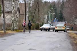 Heikintie on nykyisellään ahdas autoille ja kevyelle liikenteelle.