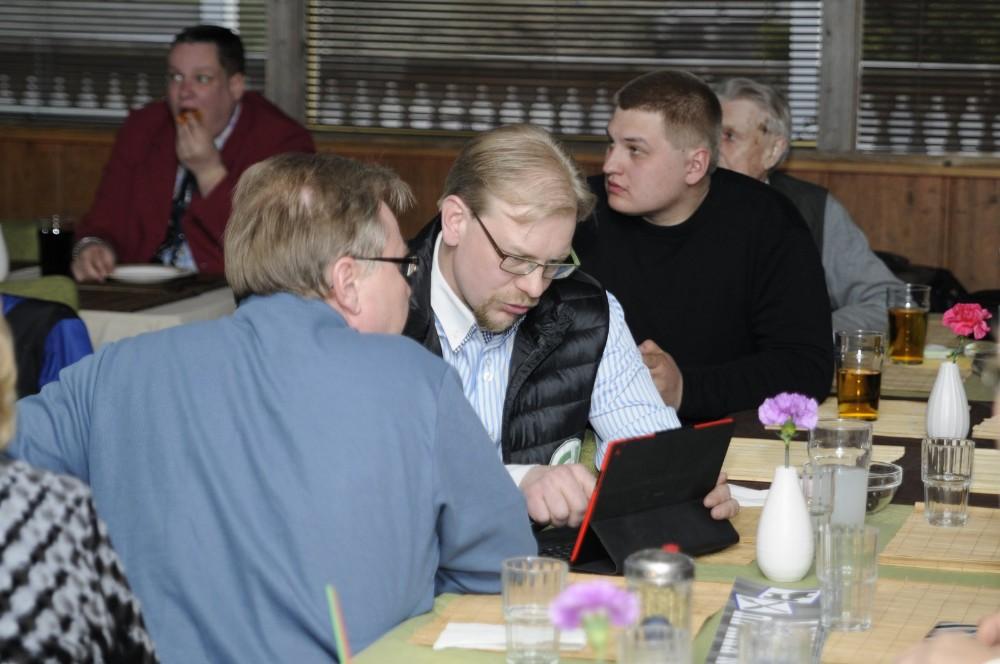 Jani Kurvinen jännittää tuloksia vaalivalvojaisissaan.