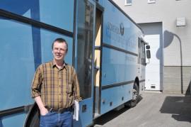 Kirjastoauto antaa apuaan aineiston lainauksissa lattiaremontin ajan. Kirjastovirkailija Kari Tommila parkkeeraa auton kirjaston taakse muutamaksi tunniksi maanantaista perjantaihin.