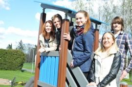 Anna-Sofia Turkulainen,  Samuel Mäntymaa, Salla Bertling, Sanni Romu  ja Werner Stenberg kaitsevat lapsia kesäkuun  arkipäivät Kirkonmäen leikkipuistossa.