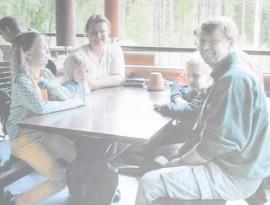 Margareta Vaittinen ja hänen tyttärensä Saara ja Mia esittelevät paikkaa vierailleen Bengt, Kenneth ja Camilla Mattilalle.