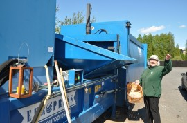 Leila Järvinen heittää muovipurkit Someron jäteaseman kierrätysastiaan.