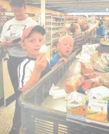 Sami(edessä) ja Toni ihmettelevät mummolleen Anja Ventille, että kuluupa mökillä paljon ruokaa.