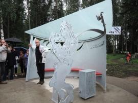 Baddingin figuuri on Heikki Paakkasen (kuvassa) käsialaa. Teoksen toinen suunnittelija on Seppo Manninen.