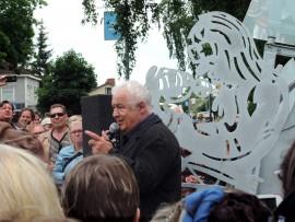 Markus Allan lauloin paljastustilaisuudessa kappaleen Kauas pilvet karkaavat.