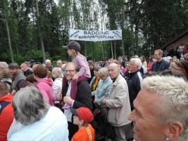 Yleisön joukosta voi bongata muun muassa valtuuston puheenjohtaja Jani Kurvisen (lapsi hartioilla) ja kaupunginjohtaja Sami Suikkasen (oikealla).
