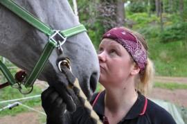 kengittäjä Kira Kauppi hymy hevosen turpa hevonen