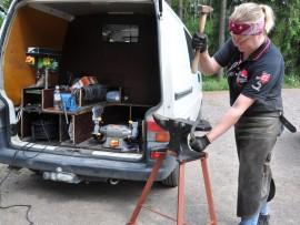kengittäjä Kira Kauppi takoa seppä auto tavarat työvälineet