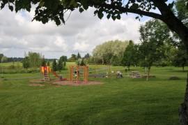 puutarhat kaupungissa Akustinpuisto lehmus leikkipuisto leikkitelineet