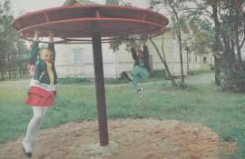 Alina Hyytiäinen ja Juha Joensuu kävivät tutustumassa keskiviikkoiltana Lahden kouluun ulkoakäsin. Pyörivä kiipeilyteline oli paras.
