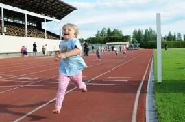 juoksukilpailua_urheilukentta