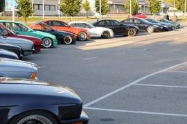 Etualalla näkyy BMW  E34 M5, joka on  suosittu harrasteauto. Sen takana oleva M635 CSI on erittäin harvinainen sporttimalli 1980-luvun alkupuoliskolta. Rivissä näkyy myös harvinainen 328i Fijigrün värinen (mintun vihreä) auto ja seuraavana myös harvinainen 1M Coupe sekä todella harvinainen valkoinen   Z3 Coupe.
