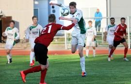 Kumpi ottaa? Kauden aikana kovasti kehittynyt Voiman Antti Lehtimäki hyökkää päättäväisin ilmein kohti palloa, jota tavoittelee myös Paraisten Jami Virtanen.