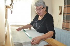 Helena Knaapi on pyhittänyt rivitaloasuntonsa yhden  huoneen kutomiselle. Kangaspuissa  on verhokangasta, jonka loimilangat hän löysi vintiltä.