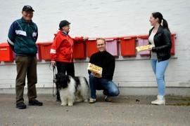 Oiva ja Hely Nokka, Sami Suikkanen ja Taija Takanen olivat iloisen yllättyneitä postilaatikoista löytyneistä muffinsseista.