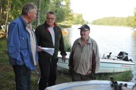 Somerniemen Kirkkorannassa paalujen paikkoja pohtivat Jouko Mäkinen, Kari Honkanen ja Pentti Harjula.