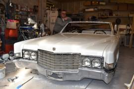 auton omistaja Jarkko Korpihuhta auto Cadillac amerikanautot autotalli autojen rakentaminen autojen rakentaja kromi pelti korjaamo
