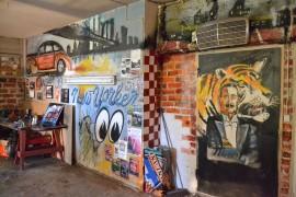 auton omistajat Kari Löfberg Jarkko Korpihuhta autotalli katutaide katutaiteen näyttely amerikanautot autojen rakentaminen autojen rakentaja maalaus taulu taulut