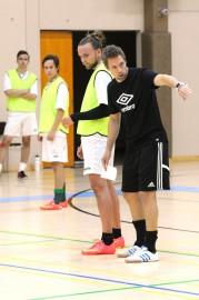 SoVo Futsalin turkulaistulokkaista valmentaja Tomi Tuominen antaa ohjeita Niko Mäkiselle.